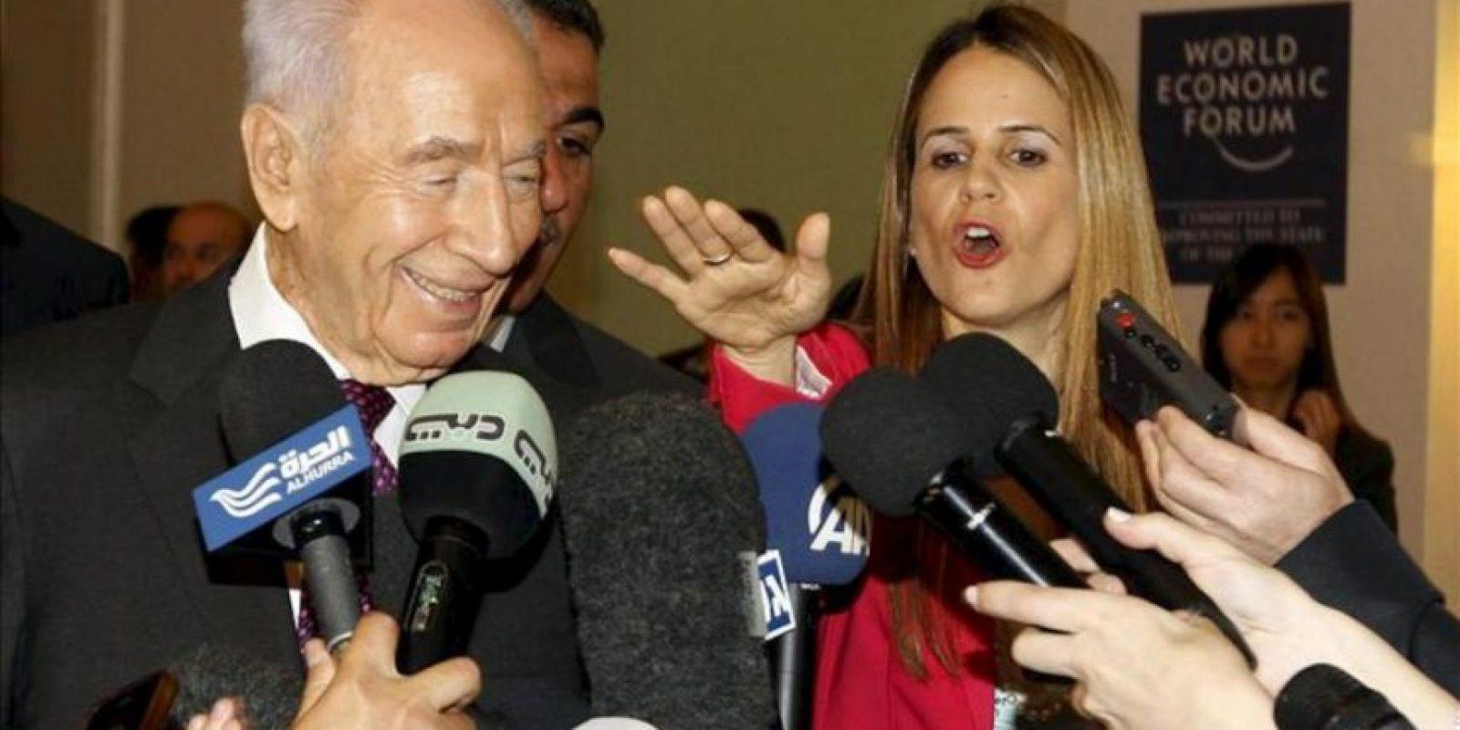 El presidente israelí Simónn Peres (izq) habla con los periodistas a su llegada al Foro Económico Mundial, que se celebra en la orilla jordana del Mar Muerto. EFE