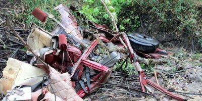 Los restos de un vehículo en el lugar donde soldados maoístas atacaron a los líderes del Congreso en el distrito Sukma, Chhattisgarh, India. EFE