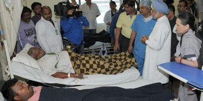 El primer ministro indio Manmohan Singh (2-i), presidente del Congreso, y Sonia Gandhi (d) visitan el hospital para averiguar el estado de los heridos en el ataque maoísta en Raipur, Chhattisgarh. EFE