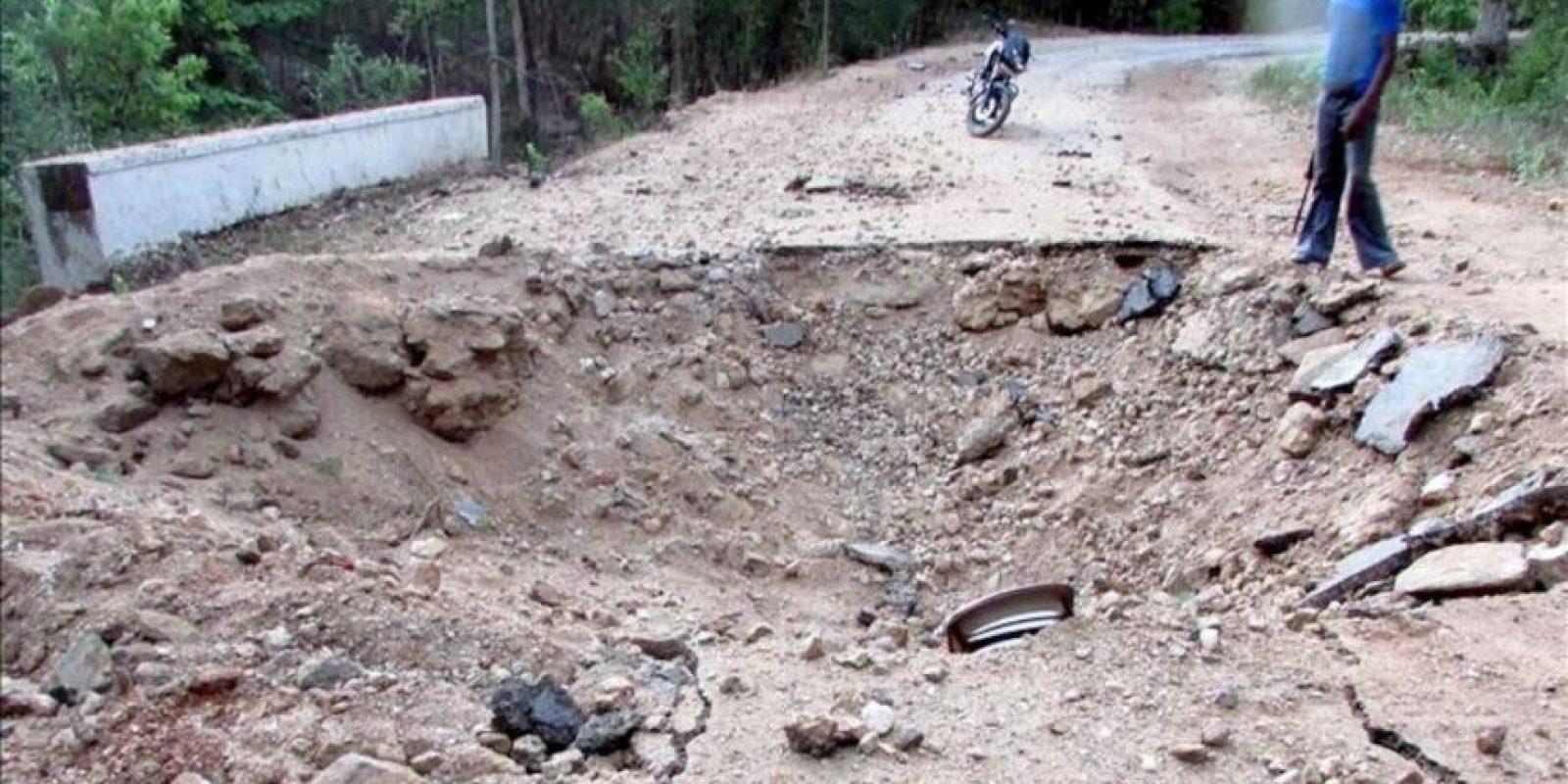 Un hombre indio junto al cráter causado por la explosión de las minas terrestres en un ataque maoísta a los líderes del Congreso en el distrito Sukma, Chhattisgarh, India. EFE