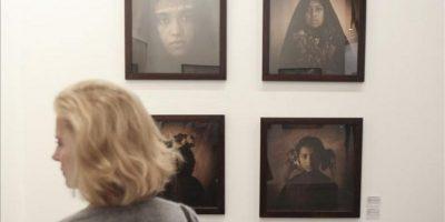 Una mujer visita la Feria de Arte Contemporáneo de Buenos Aires, arteBA, en Buenos Aires (Argentina). efe