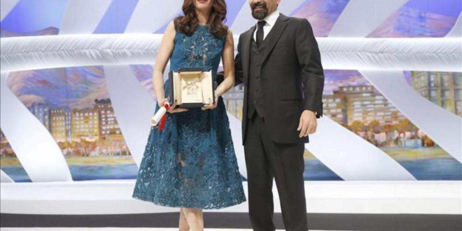 La actriz franco-argentina Berenice Bejo posa junto al director iraní Asghar Farhadi (d) tras recibir el el premio a la mejor interpretación femenina en la 66 edición del Festival de Cannes. EFE