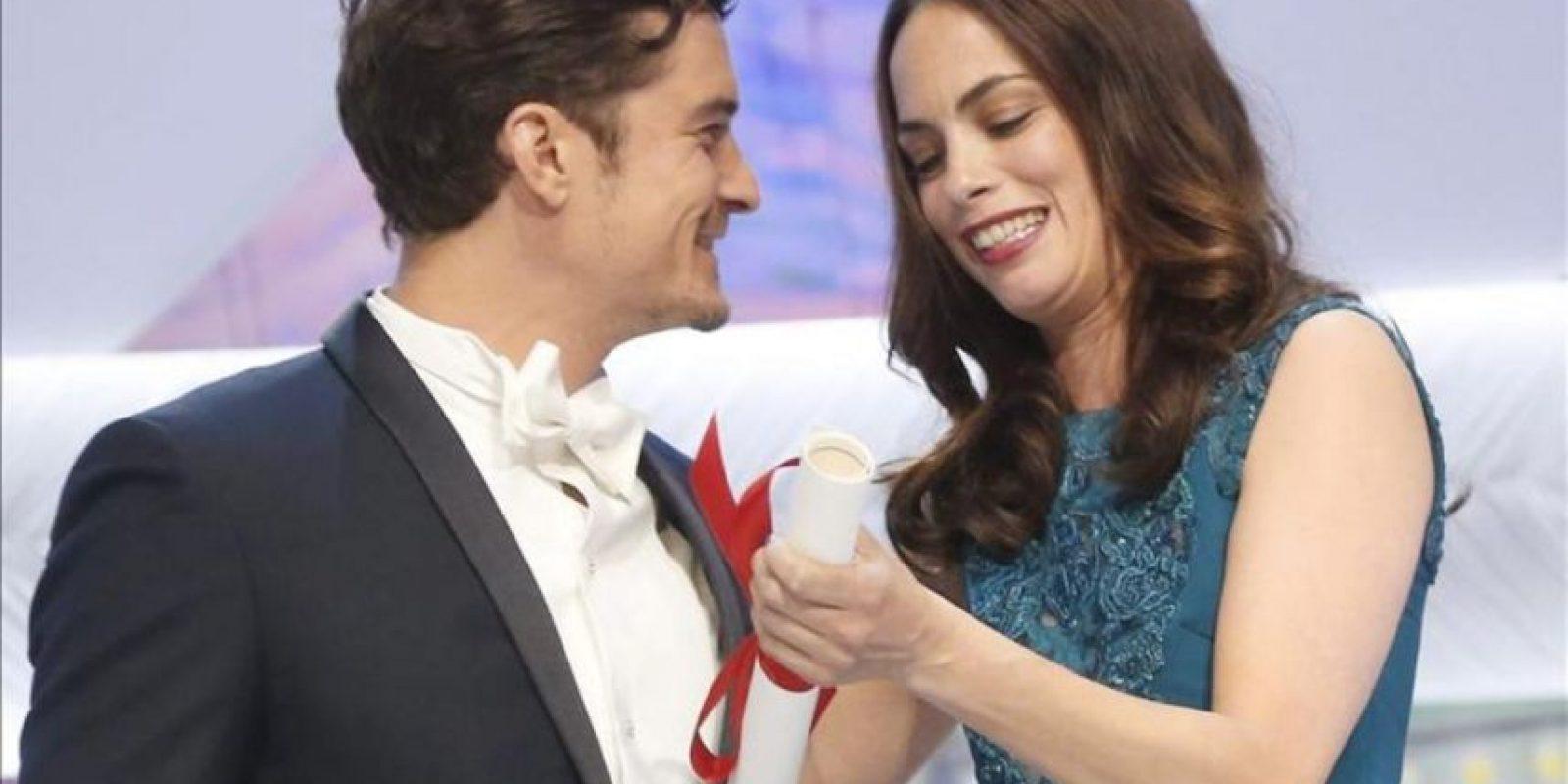 La actriz franco-argentina Berenice Bejo (d) recibe el premio a la mejor interpretación femenina de manos del actor británico Orlando Bloom (d) en la ceremonia de clausura de la 66 º Festival de Cine de Cannes en Cannes, Francia. EFE