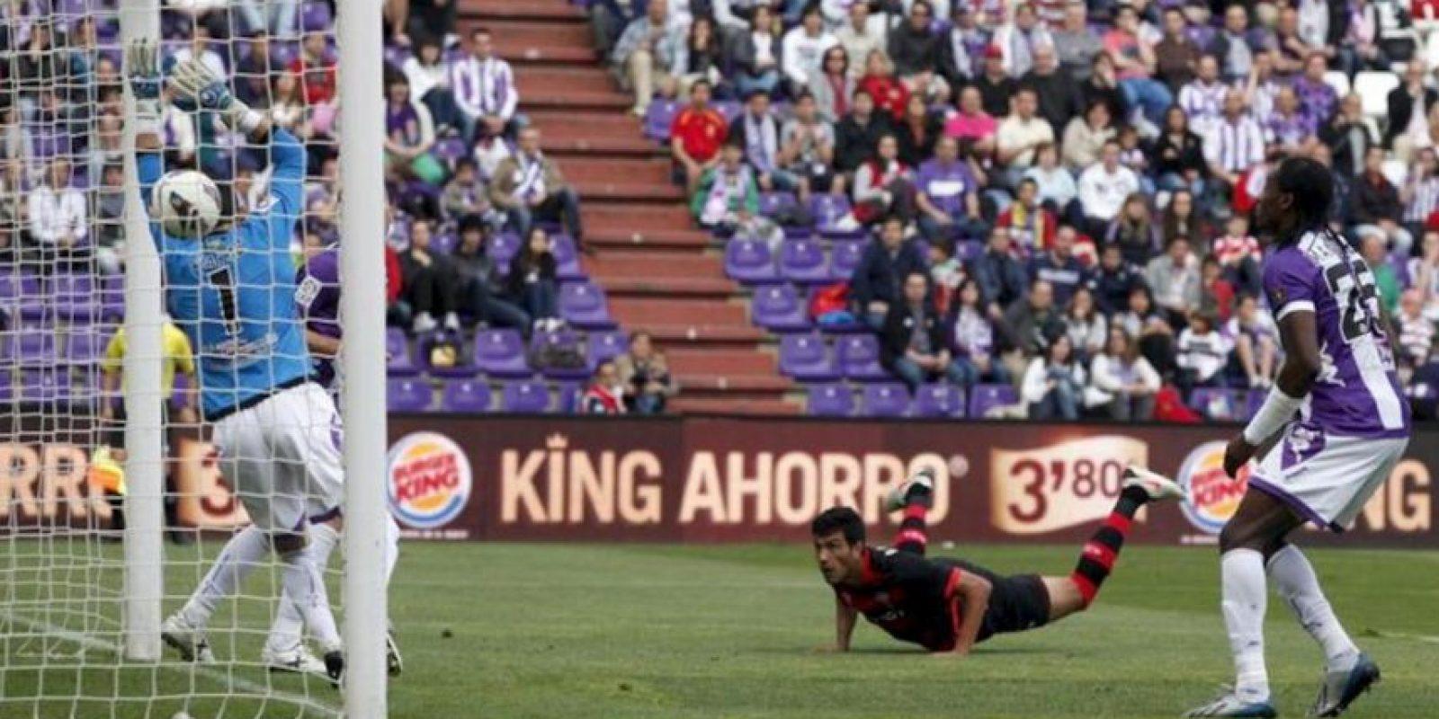 El defensa argentino del Celta Gustavo Cabral (2d) bate al portero del Valladolid Jaime Jiménez durante el partido de la trigésima séptima jornada de liga en Primera División que se disputó en el estadio José Zorrilla. EFE