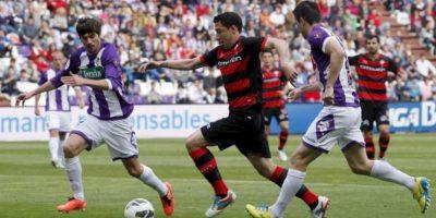 El defensa del Celta Roberto Lago (c) pelea un balón con los jugadores del Valladolid Alvaro Rubio (i) y Antonio Rukavina, durante el partido de la trigésima séptima jornada de liga en Primera División. EFE