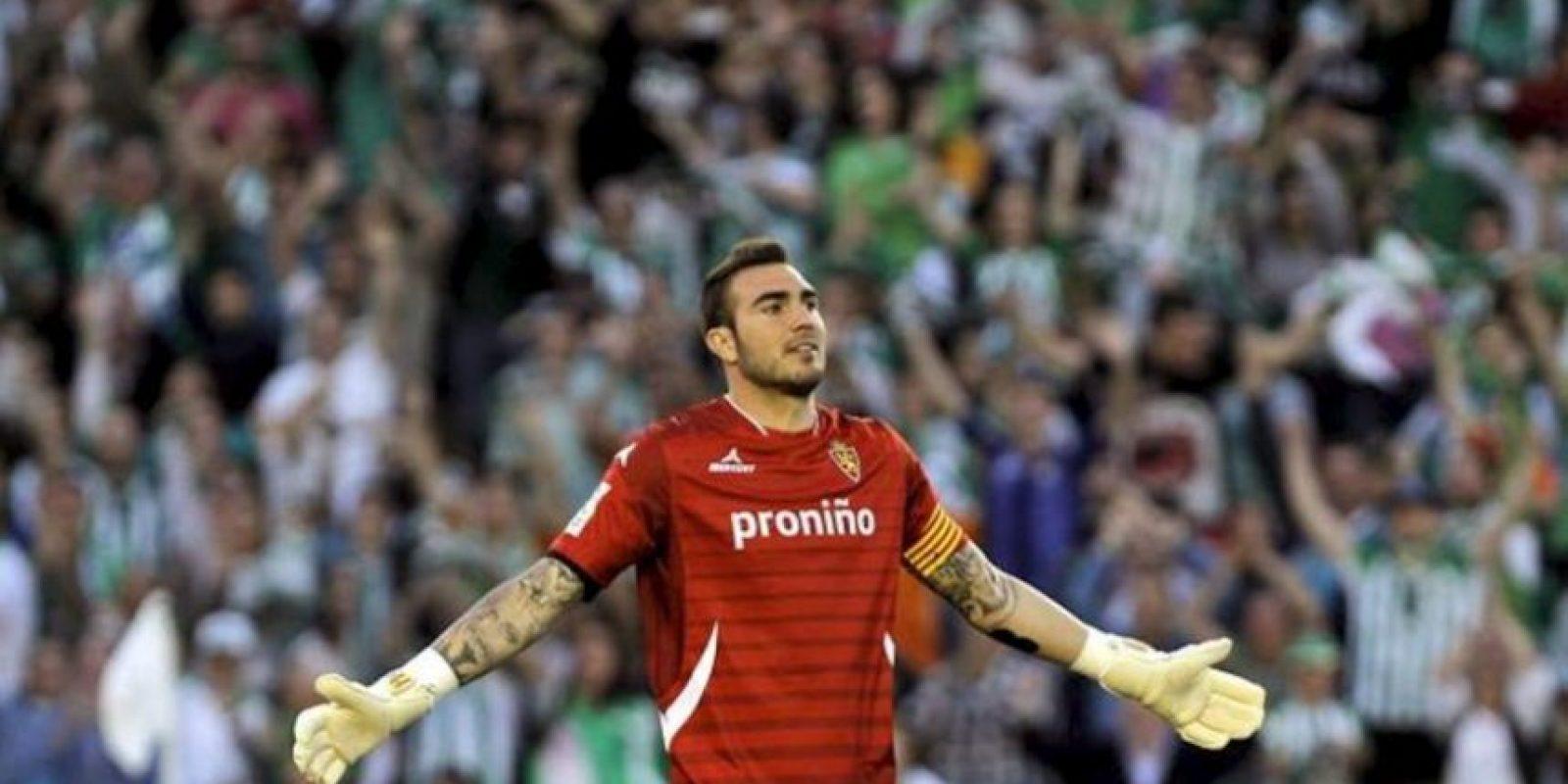 Roberto, portero y capitán del Real Zaragoza, se lamenta tras encajar el cuarto gol del Betis, conseguido por el colombiano Pabón, durante el partido de Liga, correspondiente a la jornada trigésimo séptima en Primera División. EFE
