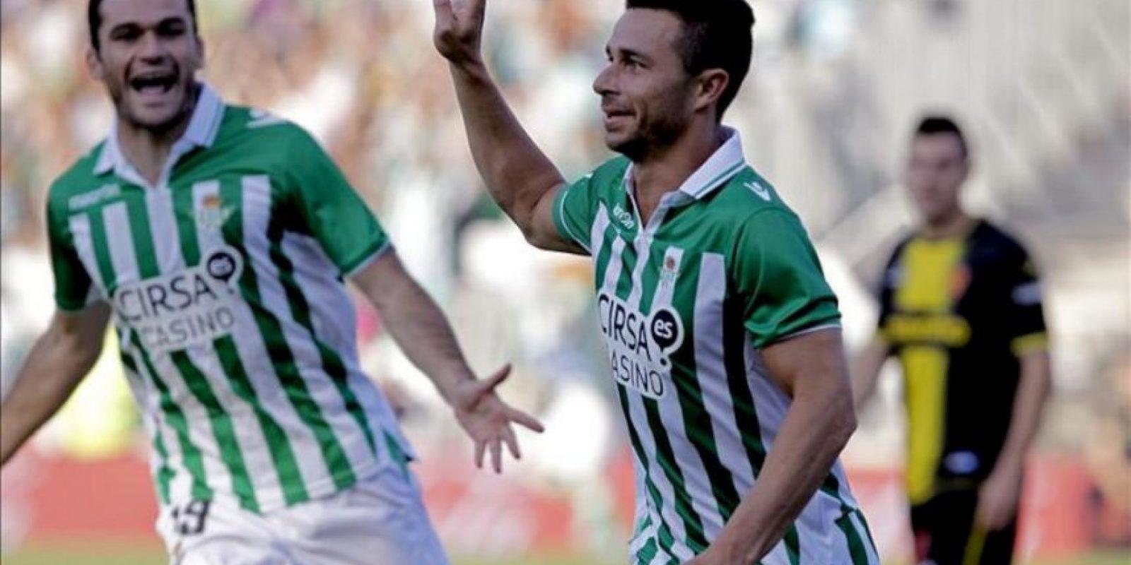 El delantero del Real Betis, Rubén Castro (c), celebra su gol junto a su compañero Jorge Molina, durante el partido de Liga, correspondiente a la jornada trigésimo séptima en Primera División entre Real Betis y Real Zaragoza. EFE/ Julio Muñoz