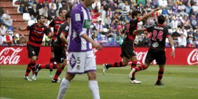 El defensa argentino del Celta Gustavo Cabral (2d) celebra con sus compañeros la consecución de su gol ante el Valladolid, durante el partido de la trigésima séptima jornada de liga en Primera División que se disputó en el estadio José Zorrilla. EFE