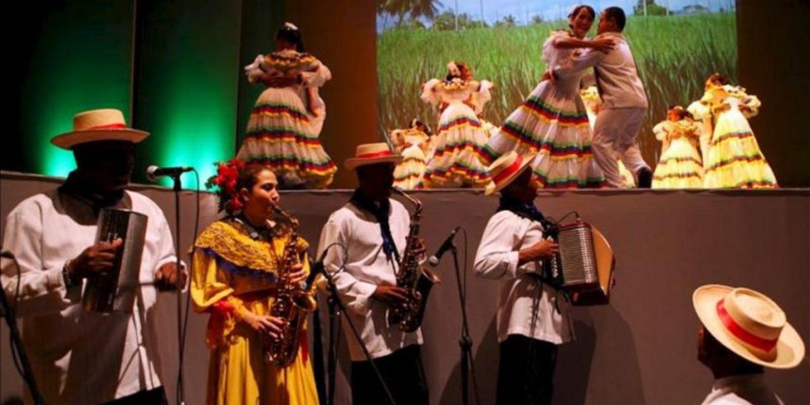 Jóvenes con síndrome de Down presentan un baile folclórico en el debut del Teatro Orquestal Dominicano (TODO), donde personas con diversas discapacidades presentaron un espectáculo de música, canto, danza y teatro este, 27 de mayo, en Santo Domingo (República Dominicana). EFE