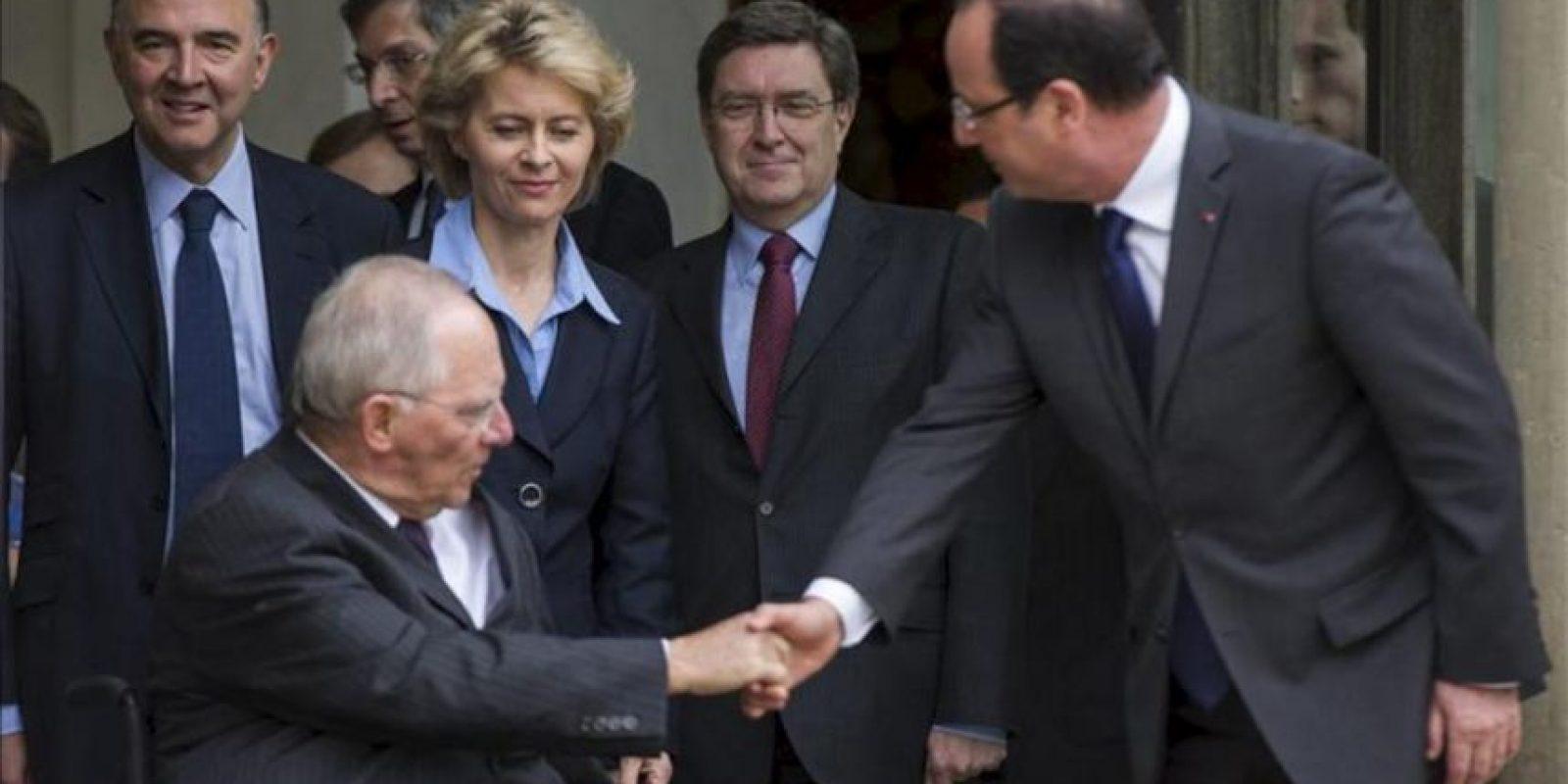 El presidente francés, François Hollande (der), saluda al ministro alemán de Finanzas, Wolfgang Schäuble (izq), ante la mirada de la ministra alemana de Trabajo, Ursula von der Leyen, y el titular de Trabajo y Políticas Sociales, Enrico Giovannini (2ºder), tras su encuentro en el Palacio del Elíseo en París, Francia. EFE