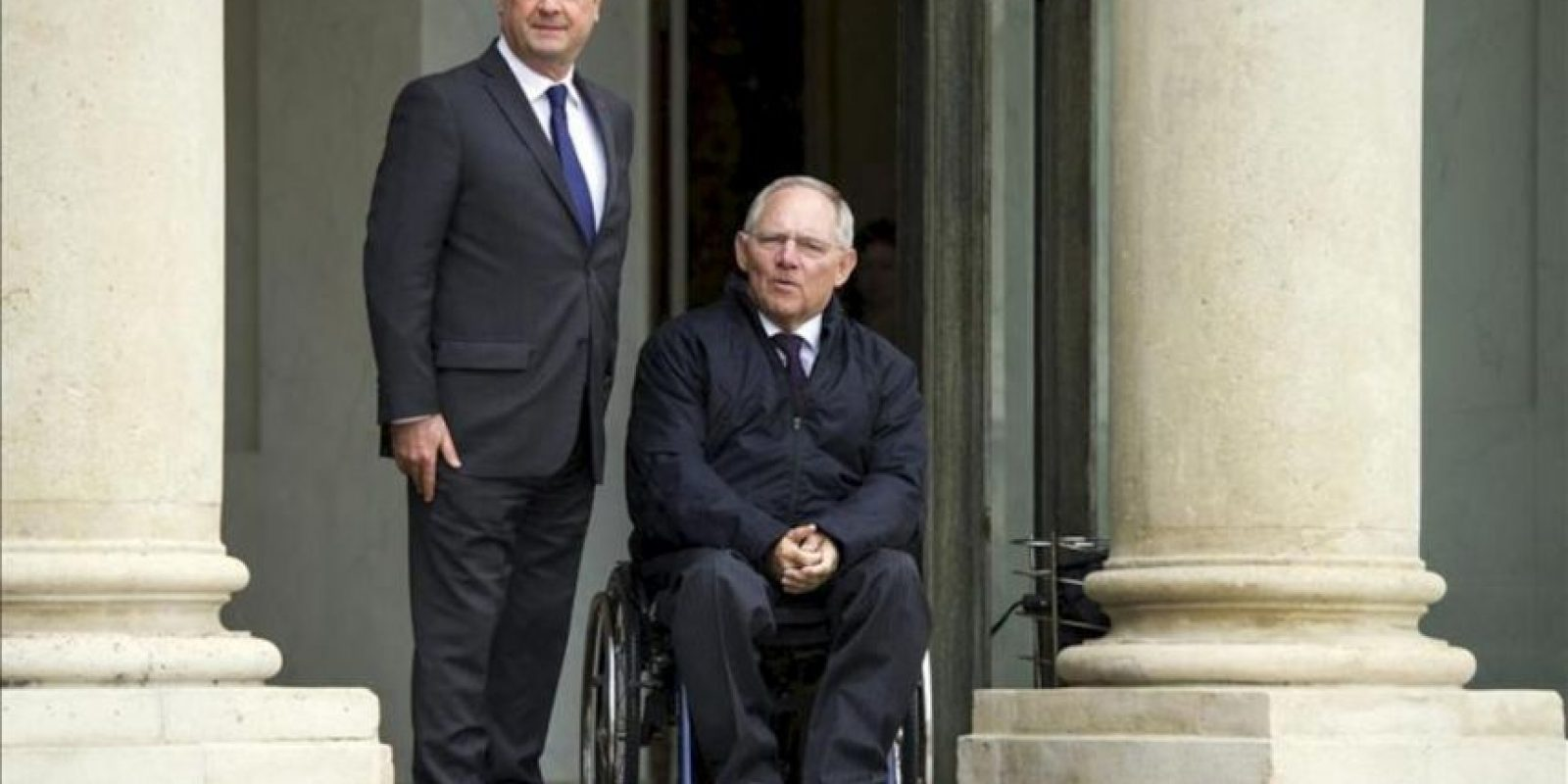 El presidente francés, François Hollande (izq), posa junto al ministro alemán de Finanzas, Wolfgang Schäuble (der), antes de su encuentro en el Palacio del Elíseo en París, Francia. EFE