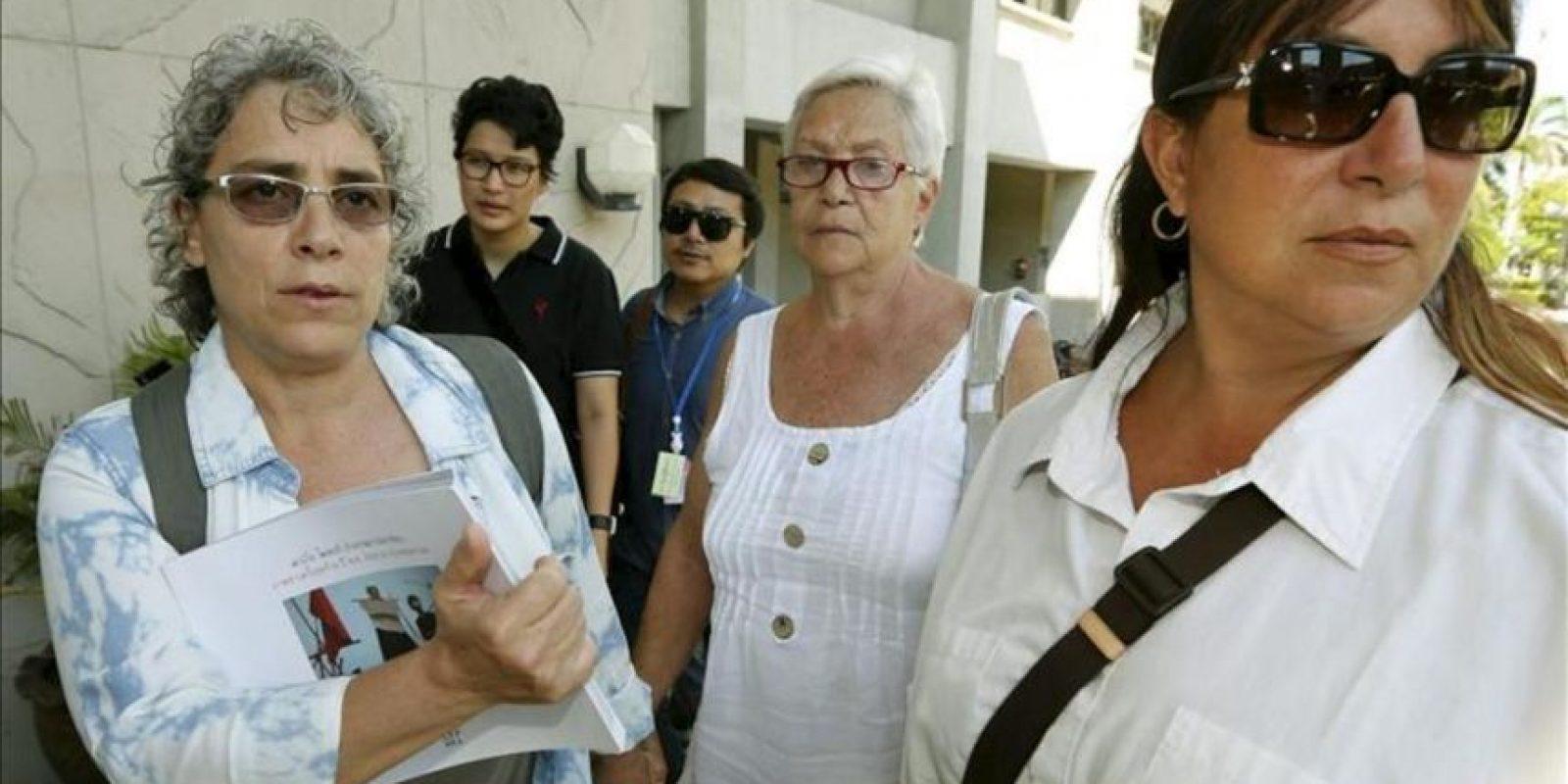 (De izda a dcha) La hermana pequeña del fotógrafo italiano Fabio Polenghi, Elisabetta, su madre Laura Chiorri y su hermana mayor Arianna Polenghi a su llegada a un tribunal en Bangkok (Tailandia). EFE