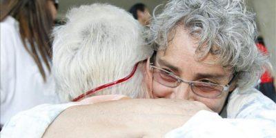 La hermana pequeña del fotógrafo italiano Fabio Polenghi, Elisabetta, abraza a su madre Laura Chiorri (izda) tras escuchar el veredicto del tribunal en Bangkok. EFE