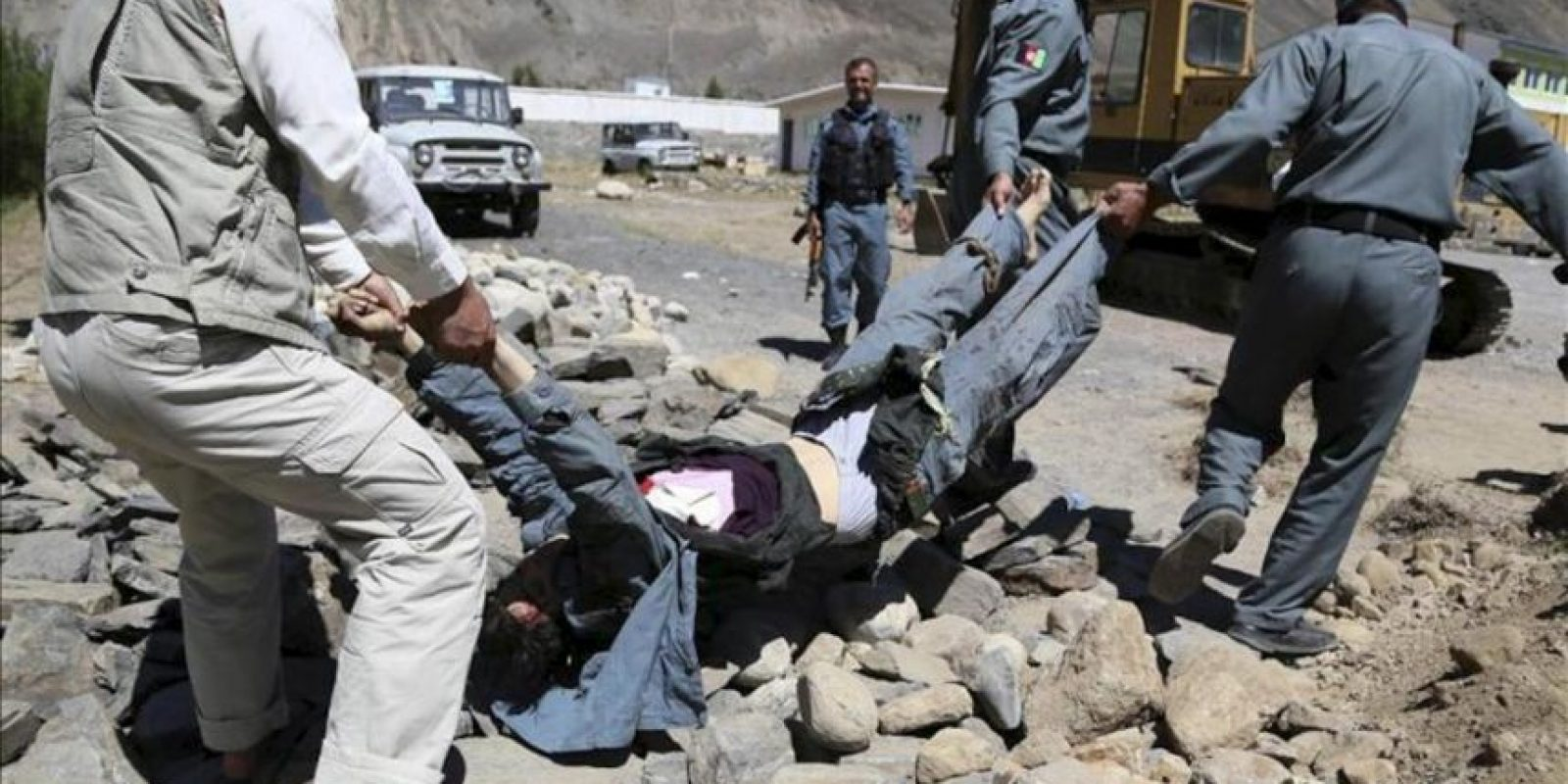 Varios policías afganos retiran el cadáver de uno de los supuestos implicados en un ataque contra la residencia del gobernador de la provincia de Panjshir, en el norte de Afganistán. EFE