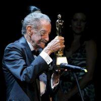 El actor Mario Almada recibe el Ariel de Oro hoy, durante la LV edición de los Premios Ariel de la Academia Mexicana de Artes y Ciencias Cinematográficas, en Palacio de Bellas Artes, en Ciudad de México. EFE
