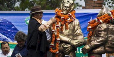 Nepalíes sherpa realizan tributos a las estatuas de los montañistas Tenzing Norgay Sherpa y Sir Edmund Hillary antes de una procesión que celebra el 60º aniversario del primer ascenso al Everest, en Katmandú, Nepal, hoy miércoles 29 de mayo de 2013. EFE