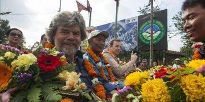 El montañista italiano Reinhold Messner (c, izq), primer hombre en ascender el Everest sin la utilización artificial de oxígeno, posa sobre un coche de caballos durante una procesión que celebra el 60º aniversario del primer ascenso al Everest, en Katmandú, Nepal, hoy miércoles 29 de mayo de 2013. EFE
