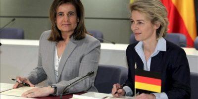 La ministra española de Empleo y Seguridad Social, Fátima Báñez (i), y la ministra Federal de Trabajo y Asuntos Sociales de Alemania, Ursula von der Leyen, durante la reunión que mantuvieron el 21 de mayo pasado en Madrid. EFE/Archivo