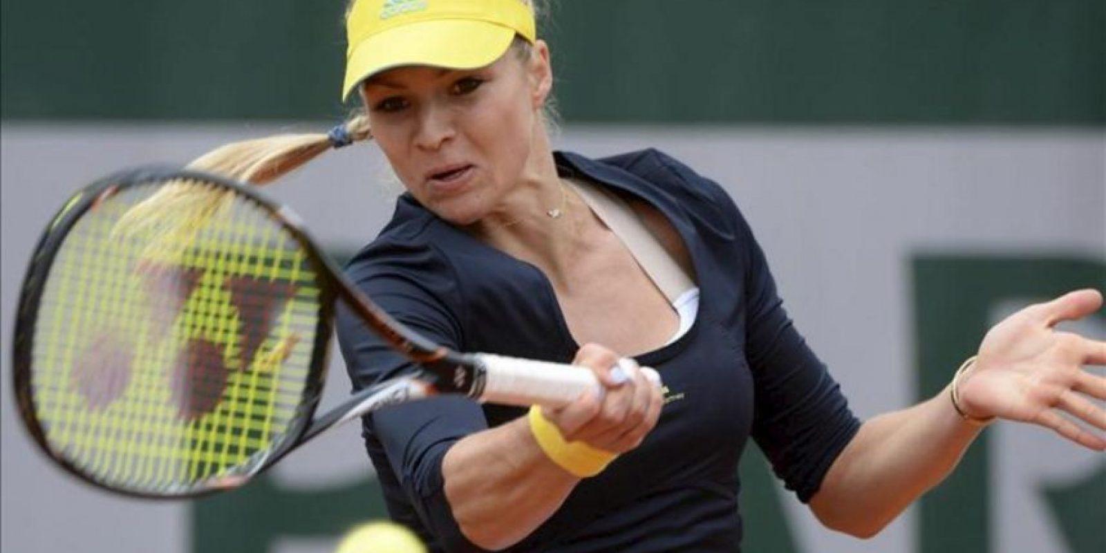 La tenista rusa Maria Kirilenko golpea la bola ante la portuguesa Nina Bratchikova durante su encuentro de la primera ronda del Roland Garros, hoy en París. EFE