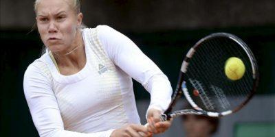 La tenista portuguesa Nina Bratchikova, golpea la bola ante la rusa Maria Kirilenko, durante su encuentro de hoy de la primera ronda del Roland Garros, en París. EFE