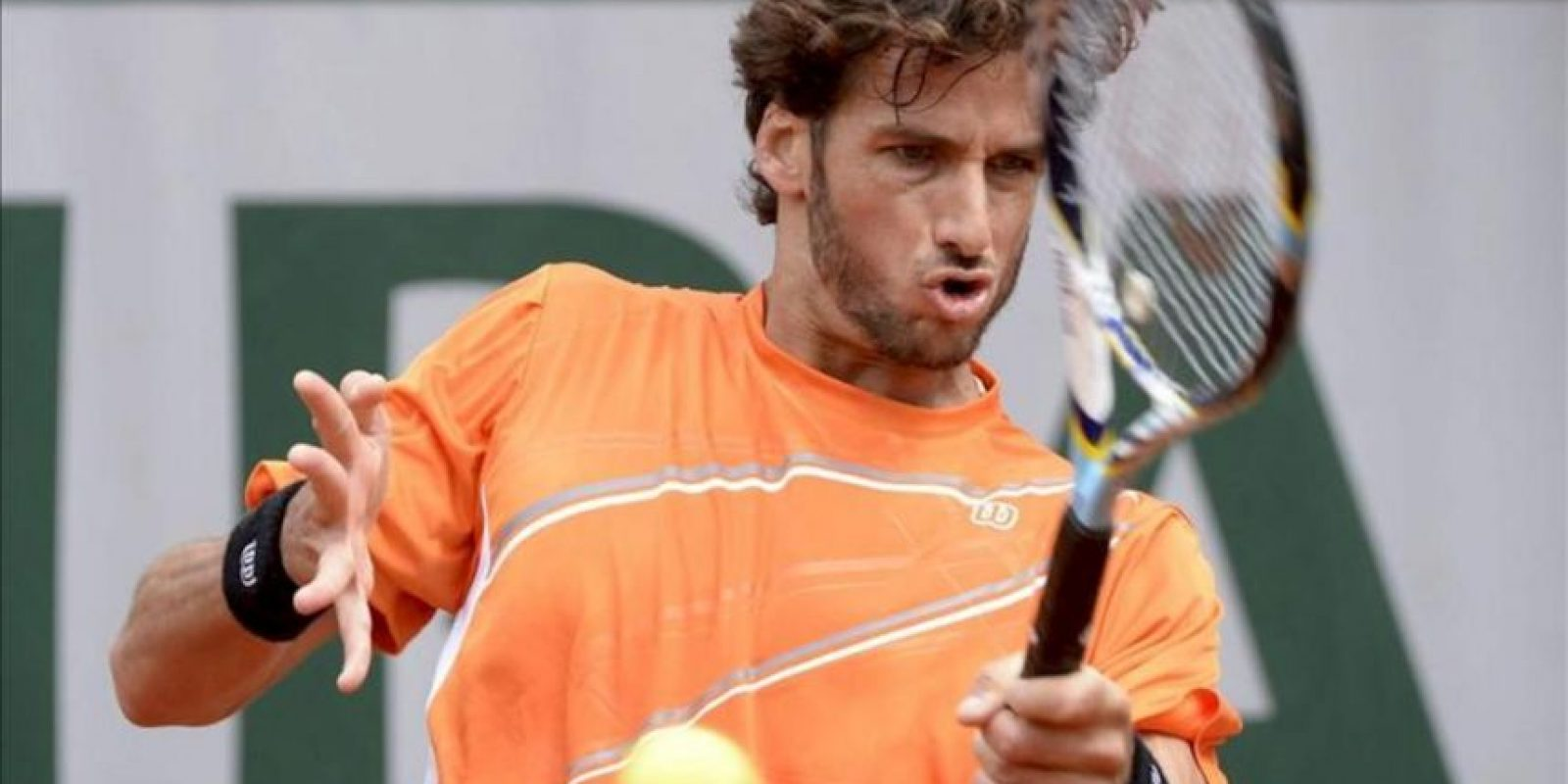 El tenista español Feliciano López, devuelve la bola al portugués Joao Sousa, durante el partido de hoy de segunda ronda del torneo Roland Garros. EFE
