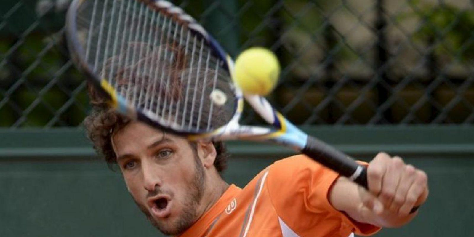 El tenista español Feliciano López, devuelve la bola al portugués Joao Sousa, durante el partido de hoy de segunda ronda del torneo Roland Garros de tenis disputado en París (Francia). EFE