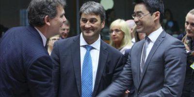El ministro alemán de Economía, Philipp Rösler (dcha), conversa con el ministro francés de Industria, Arnaud Montebourg (izq), y con el secretario de Estado húngaro de Asuntos Estratégicos, Zoltan Csefalvay (c), antes del inicio del consejo de Ministros de Competitividad de la UE en Bruselas (Bélgica). EFE