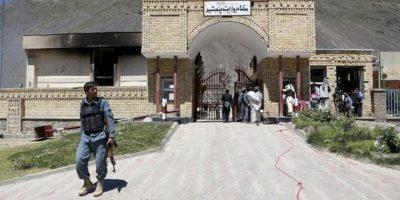 Policías afganos inspeccionan el escenario de un ataque contra la residencia del gobernador de la provincia de Panjshir, en el norte de Afganistán. EFE