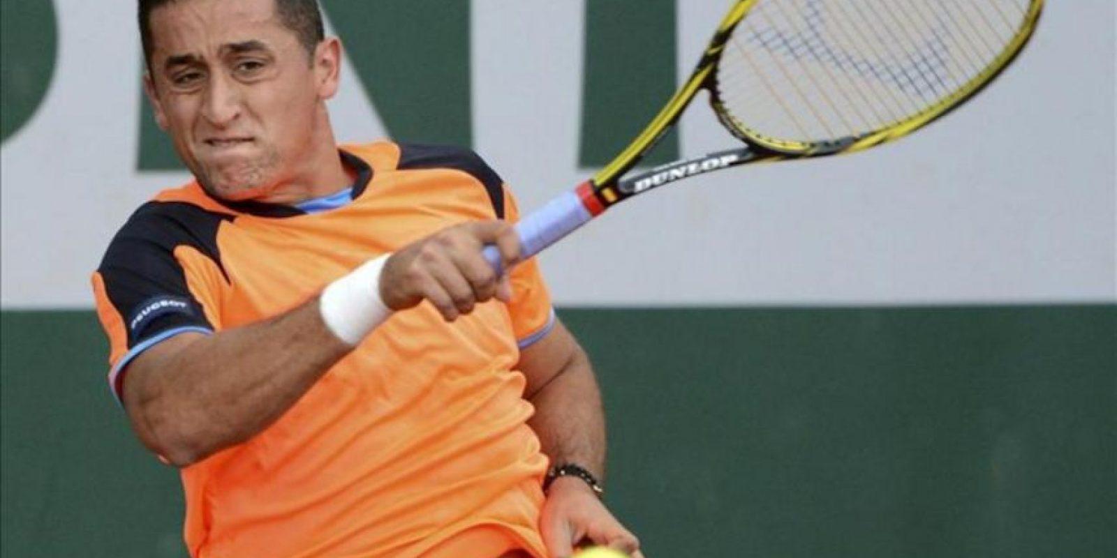 El tenista español Nicolás Almagro devuelve la bola durante el partido de segunda ronda del torneo de Roland Garros. EFE
