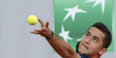 El tenista español Nicolás Almagro realiza un saque durante el partido de segunda ronda del torneo de Roland Garros. EFE