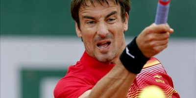 El tenista español Tommy Robredo devuelve la bola durante el partido de segunda ronda del torneo de Roland Garros. EFE
