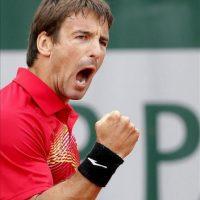 El tenista español Tommy Robredo gesticula durante el partido de segunda ronda del torneo de Roland Garros. EFE