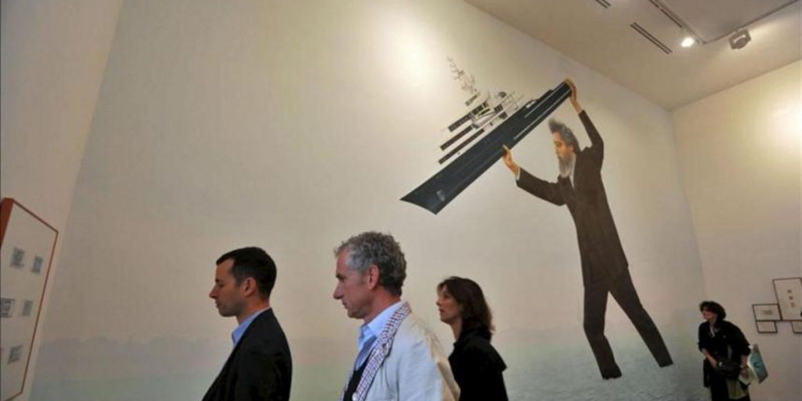 Varias personas disfrutan de la obra 'English Magic' obra del artista británico Jeremy Deller durante la 55ª edición de la Bienal de Venecia, Italia hoy 29 de mayo de 2013. La Bienal de Venecia se celebra del 1 de junio al 24 de noviembre. EFE