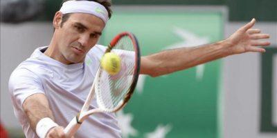 El tenista suizo Roger Federer devuelve una bola al indio Somdev Devvarman, durante el partido de segunda ronda del torneo de Roland Garros. EFE