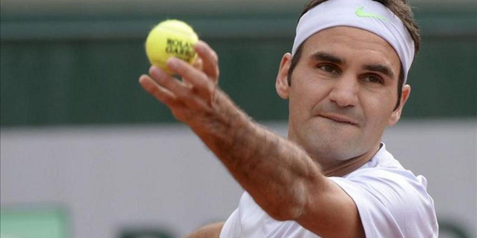 El tenista suizo Roger Federer sirve una bola al indio Somdev Devvarman, durante el partido de segunda ronda del torneo de Roland Garros. EFE