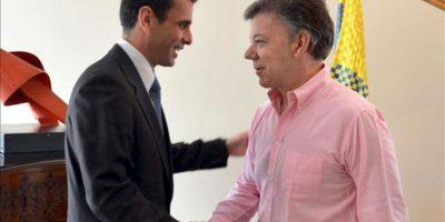 Fotografía cedida por Presidencia de Colombia, del mandatario Juan Manuel Santos (d), saludando al excandidato presidencial de Venezuela, Henrique Capriles (i), durante un encuentro en la Casa de Nariño este 29 de mayo, en Bogotá (Colombia). EFE