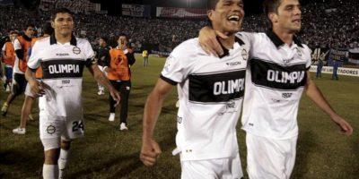 Jugadores de Olimpia celebran la victoria ante Fluminense durante un partido por los cuartos de final de la Copa Libertadores, en el estadio Defensores del Chaco, en Asunción (Paraguay). EFE
