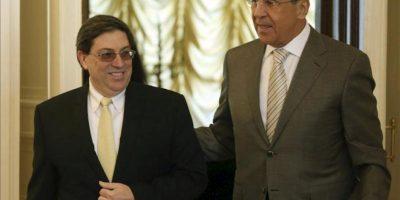 El ministro de Exteriores ruso, Serguéi Lavrov (dcha), da la bienvenida a su homólogo cubano, Bruno Rodríguez Parrilla (izq), antes de la reunión mantenida en el ministerio de Exteriores en Moscú (Rusia) hoy, jueves 30 de mayo de 2013. El responsable cubano realiza una visita oficial al país. EFE