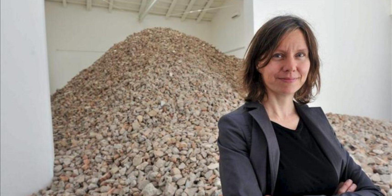 La artista española Lara Almarcegui junto a su obra que representa el pabellón haciéndolo añicos y mostrando toneladas de escombros durante la 55ª edición de la Bienal de Venecia (Italia). La Bienal de Venecia se celebra del 1 de junio al 24 de noviembre. EFE