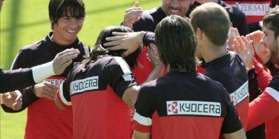 El colombiano Radamel Falcao, delantero del Atlético de Madrid, que se reincorporó hoy a los entrenamientos del equipo rojiblanco, tras ultimar en los últimos dos días su fichaje por el Mónaco, un traspaso que será oficial en las próximas horas y que cerrará la etapa del atacante en España, avanza por el pasillo que le hicieron sus compañeros de equipo. EFE