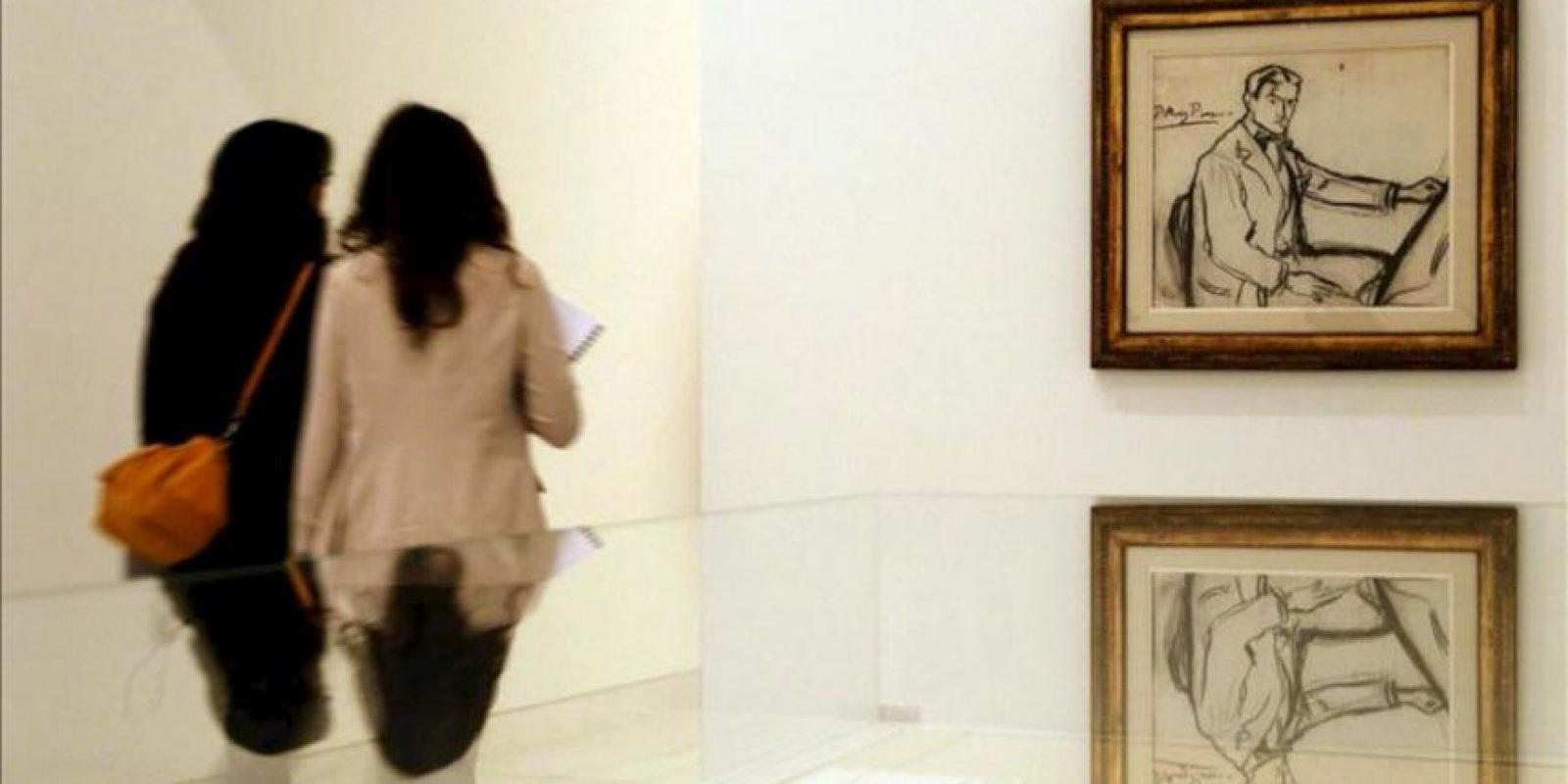 """Unos visitantes ante un autorretrato de 1899, un carboncillo sobre papel, que forma parte de la exposición """"Yo Picasso. Autorretos"""". EFE"""