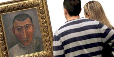 """Unos visitantes contemplan un autorretrato de 1907, un óleo sobre lienzo, que forma parte de la exposición """"Yo Picasso. Autorretos"""". EFE"""
