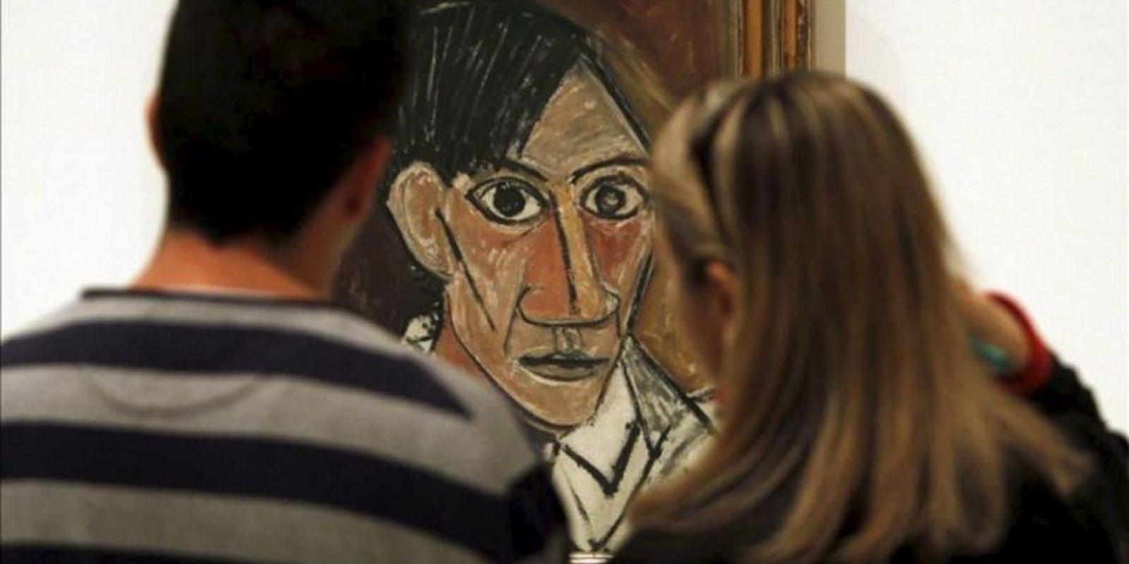 """Unos visitantes contemplan un autorretrato de 1907, un óleo sobre lienzo que forma parte de la exposición """"Yo Picasso. Autorretos"""". EFE"""