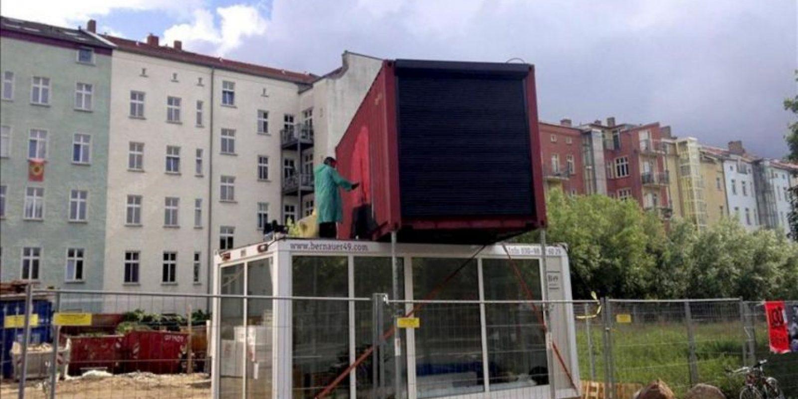 """Fotografía facilitada por """"A window in Berlin"""" de un contenedor de mercancías instalado en la calle que servirá como superficie expositora para el proyecto """"A window in Berlin"""" (Una ventana en Berlín), que se inaugura hoy con el objetivo de acercar el arte iberoamericano al público alemán. EFE"""