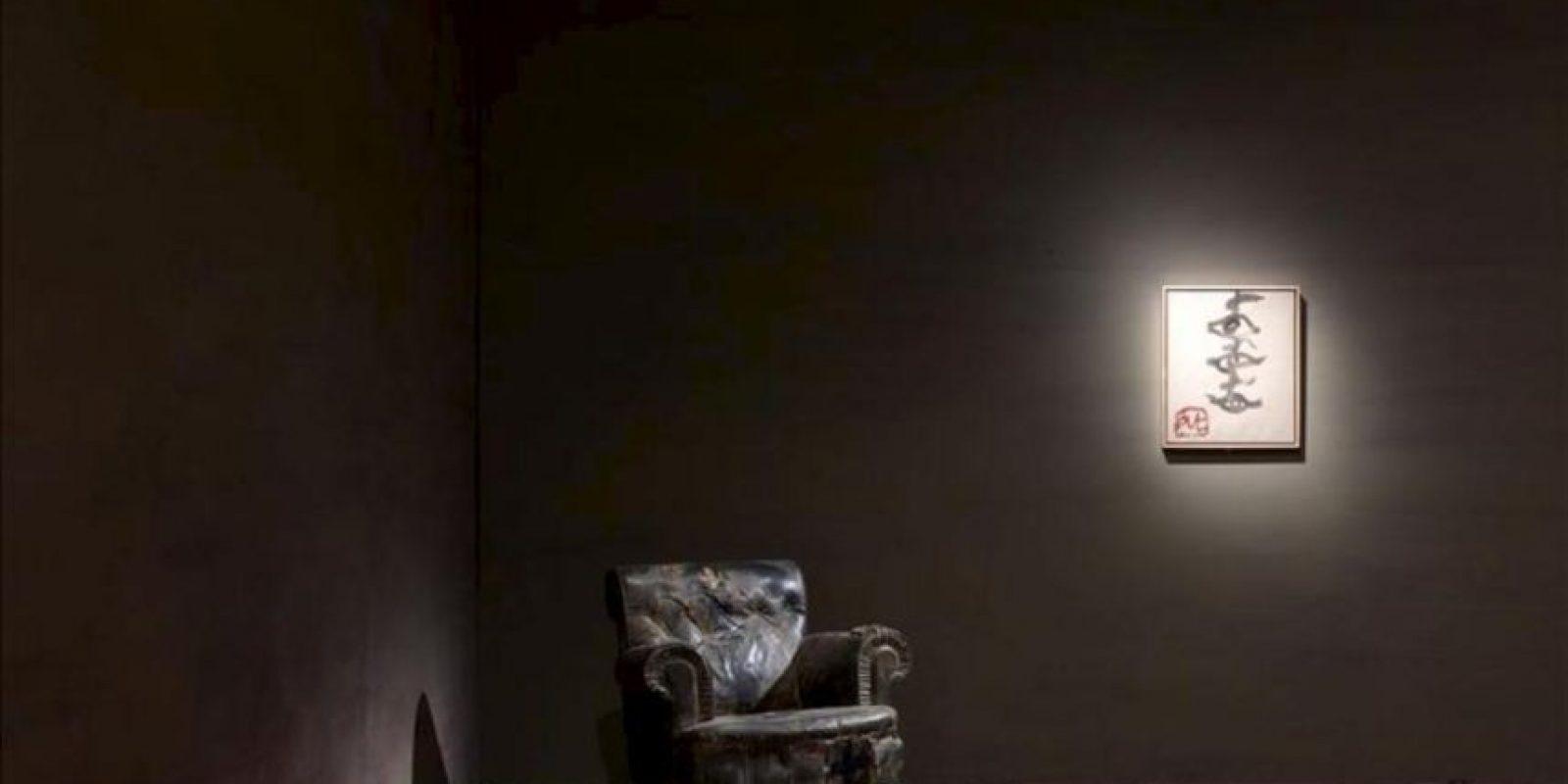 """Fotografía facilitada por la Fundación Vervoordt de la famosa """"Butaca"""", y el óleo """"Ulls i creus en vertical"""", de Antoni Tàpies, que forma parte de la exposición """"Tàpies. Lo sguardo dell' artista"""" (Tàpies. La mirada del artista), organizada por dicha fundación junto con la del Musei Civici di Venezia. EFE"""