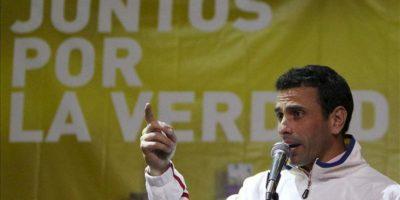 El excandidato presidencial y líder opositor venezolano Henrique Capriles habla este 30 de mayo, durante un encuentro con sus seguidores en Bogotá (Colombia). EFE