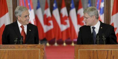 El presidente de Chile Sebastián Piñera (i) y el primer ministro de Canadá Stephen Harper (d) ofrecen una rueda de prensa hoy, jueves 30 de mayo de 2013, en la sede del Parlamento en Ottawa (Canadá). EFE