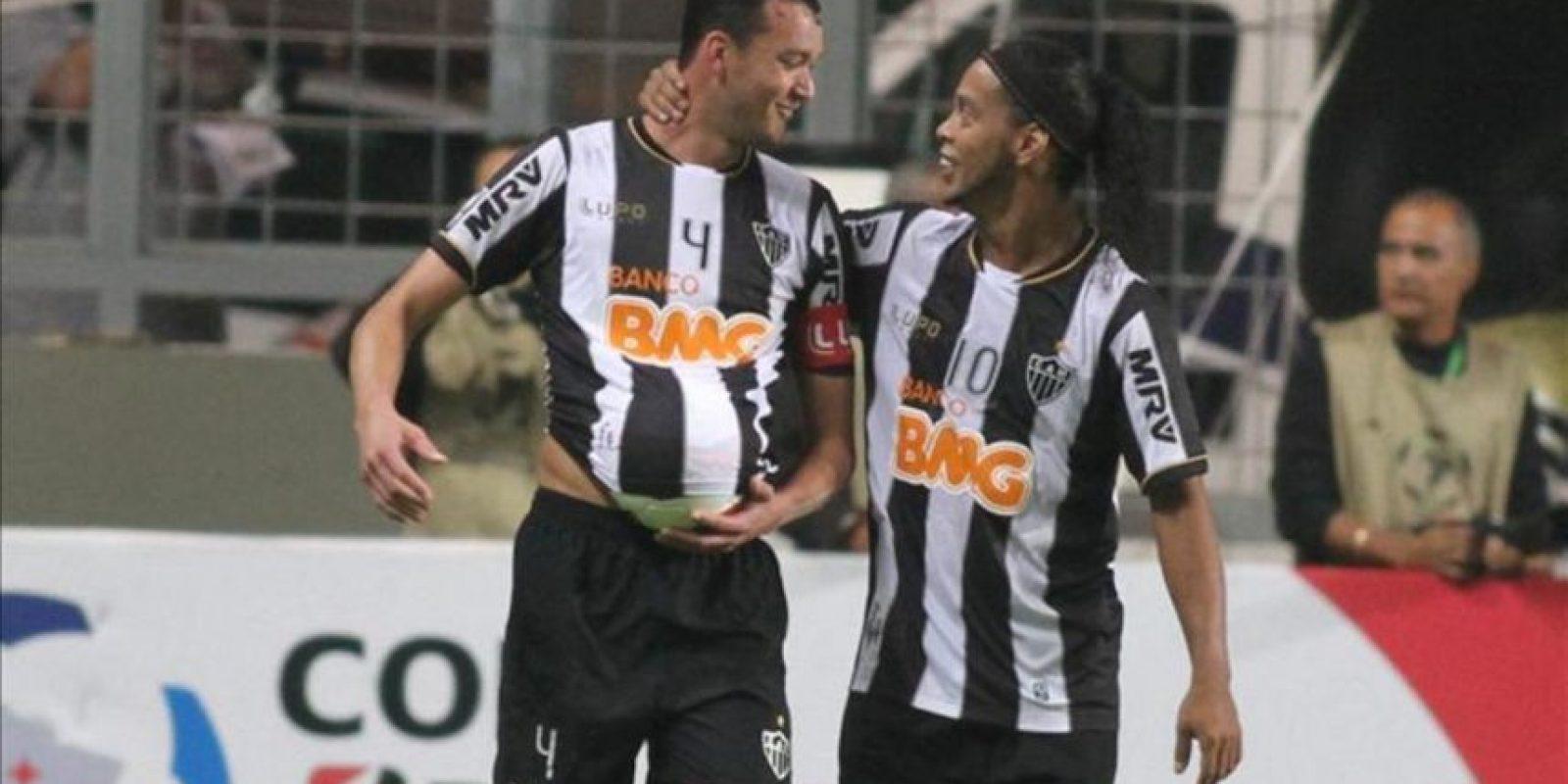 Rever (i) de Atlético Mineiro celebra su gol ante Xolos de Tijuana con su compañero Ronaldinho (d) durante el partido de vuelta de los cuartos de final de la Copa Libertadores en el estadio Independencia de Belo Horizonte, Minas Gerais (Brasil). EFE