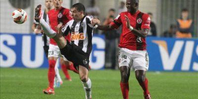 Duvier Riascos (d) de Tijuana ante Leandro Donizete (i) de Atlético Mineiro durante el partido de vuelta de los cuartos de final de la Copa Libertadores en el estadio Independencia de Belo Horizonte, Minas Gerais (Brasil). EFE