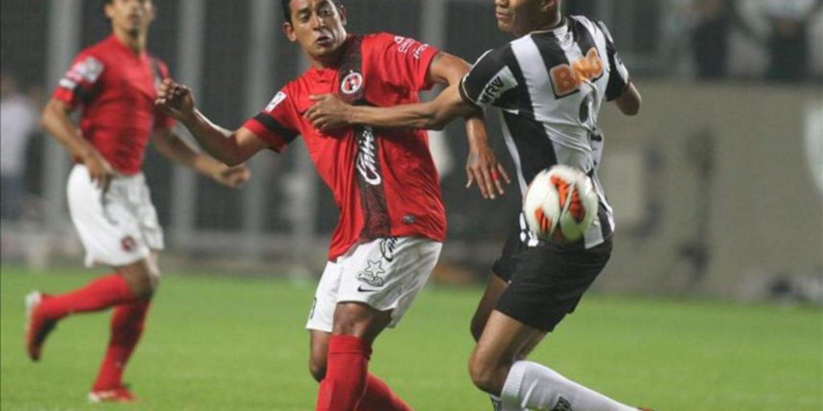Alfredo Moreno (i) de Tijuana ante Leonardo Silva (d) de Atlético Mineiro durante el partido de vuelta de los cuartos de final de la Copa Libertadores en el estadio Independencia de Belo Horizonte, Minas Gerais (Brasil). EFE
